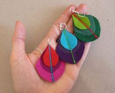 Felt peacock feather Earrings in Purple and Turquoise by roroism, via Etsy. Fabric Earrings, Feather Earrings, Diy Earrings, Button Earrings, Leaf Earrings, Textile Jewelry, Fabric Jewelry, Felt Peacock Feathers, Custom Jewelry
