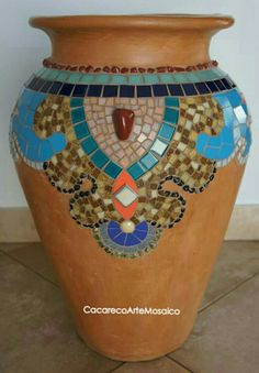 Jarro mosaico Mosaic Planters, Mosaic Flower Pots, Mosaic Garden, Mosaic Stepping Stones, Pebble Mosaic, Mosaic Crafts, Mosaic Projects, Mosaic Bottles, Mosaic Artwork