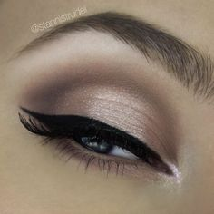 Naked 3 palette: 'Limit' on the crease and outer lid. 'Mugshot' to create the soft cut crease. 'Darkside' on the outer corner. 'Strange' on the brow bone. And for the halo I put some @nyxcosmetics white eye shadow primer and and then packed on 'dust'.