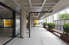 Galeria da Arquitetura | Edifício Comercial Módulo Bruxelas - Com dois blocos conectados por uma moderna passarela amarela, edifício se destaca em bairro residencial paulistano