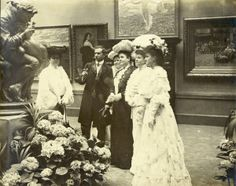 Palace of Art. Visitors viewing works of art at the 1904 World's Fair. (St. Louis Art Museum)