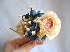 cream and blue flower comb