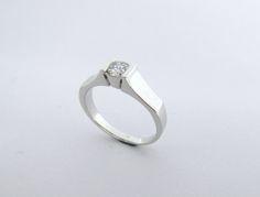Elegante, moderno y sofisticado anillo de compromiso,  Ideal para novias modernas y con estilo  Joyas Marcel JOYAS MARCEL Duran Joyeros, Bogotá. #joyeria #hermosasjoyas  #anillos #solitariosdecompromiso #compracolombiano #hechoamano #Colombia