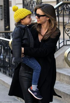 Miranda Kerr and Flynn Bloom Miranda Kerr Outfits, Miranda Kerr Street Style, Mom Outfits, Winter Outfits, Fashion Maman, Mommy Style, Australian Fashion, Maternity Fashion, Beautiful People