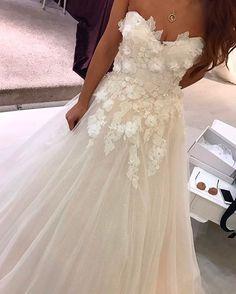 """169 Beğenme, 1 Yorum - Instagram'da CİGDEM METİN WEDDING DRESS (@cigdemmetingelinlik): """"Çiçeklerin güzelliği💕☺ #provahalleri #cigdemmetingelinlik #cigdemmetin"""""""