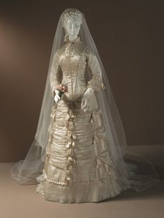 """history-of-fashion: """" ab. 1878 Wedding dress (United States) silk satin (Los Angeles County Museum of Art) """" Antique Wedding Dresses, Vintage Gowns, Vintage Bridal, Vintage Outfits, Vintage Weddings, Belle Epoque, Vintage Weddingdress, Victorian Fashion, Vintage Fashion"""