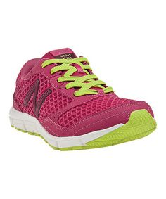Take sporty style to a whole new level with this minimalist-inspired running shoe. Built with firm yet flexible cushioning, it offers enhanced flexibility and breathability in addition to a durable rubber sole. New Balance Rosa, New Balance Pink, Cute Sneakers, New Sneakers, Sporty Chic, Sporty Style, Pink Workout, Dress Up Dolls, Green Shoes