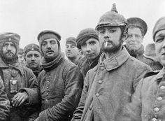 En el frente de Ploegsteert, en Bélgica, los soldados de ambos bandos detuvieron el combate, fumaron juntos y se sacaron fotos. Ésta es una de las instantáneas que los soldados tomaron durante la mítica Tregua de Navidad de 1914, una prueba irrefutable de que realmente se celebró.