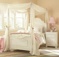 cottage anglais, lit à baldaquin, volages, literie rose et coussins blancs