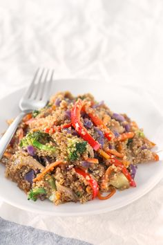 Quinoa Stir Fry with Vegetables. - Save some time cooking big batches of quinoa or rice to make healthy meals during the week like this quinoa stir fry with vegetables. It's so tasty! Stir Fry Quinoa Bowl, Quinoa Side Dish, Fried Quinoa, Veggie Stir Fry, Fried Rice, Stir Fry Recipes, Veggie Recipes, Vegetarian Recipes, Healthy Recipes