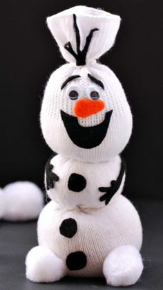 Adorable Olaf Sock Snowman Tutorial ~ Frozen fans are sure to love it! Olaf Sock Snowman Tutorial ~ Frozen fans are sure to love it! Kids Crafts, Christmas Crafts For Kids, Christmas 2014, Cute Crafts, Christmas Projects, Crafts To Do, Winter Christmas, Holiday Crafts, Diy Crafts