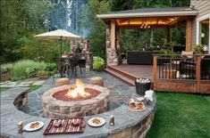 #7 на заднем дворе обязательно должно быть место, где наша семья и друзья могли бы насладиться едой и хорошей компанией на открытом воздухе. Костер и огонь - это нечто волшебное и удивительно согревающее. Для нашего неюжного климата костер в загородном доме - отличная идея!