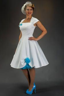 Petticoat-Brautkleid in elffenbein-weiss mit türkis auch für Strandhochzeiten beliebt. SETRINO® Couture aus Berlin.