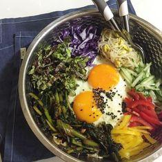 Bibimbap ist Resteessen-Deluxe! Reis, Schweinefleisch, frisches Gemüse - wie zum Beispiel Spinat, Bohnensprossen, Gurken – und natürlich ein Ei obendrauf.Hier geht's zum Rezept.