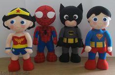 """Bonecos """" Liga da Justiça"""" versão infantil, confeccionados em feltro, enchimento com fibra siliconada e costurados 100% à mão. <br>Medida aproximada de cada boneco; 25 cm de altura <br>O Kit é composto por 4 personagens à sua escolha, dentre os seguintes personagens: Batman, Super homem, Homem aranha, Mulher maravilha, Wolwerine, Flash e Lanterna verde. <br> <br> <br>O PREÇO REFERE-SE AO KIT COM 4 BONECOS."""