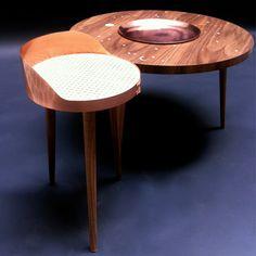 Phase de Lune est un ensemble de mobilier réalisé par le Studio de Laubadère. Inspirés par l'univers de l'horlogerie, il se décline sous forme d'une table basse, d'un guéridon et d'un plateau en cuivre martelé.