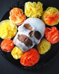 chocolate skull cake recipe perfect for Dia de los Muertos Chocolates, Cake Ball Recipes, Party Recipes, Day Of The Dead Party, Cakes Plus, Friend Recipe, Cake Day, Rice Crispy Treats, Latin Food