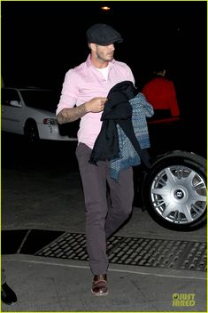 : Photo Victoria Beckham and her husband David Beckham hold hands while spending some romantic time together at the Hollywood Bowl on Friday (November in Hollywood. David Beckham Family, David Beckham Style, Casual Blazer, Men Casual, Biker Jacket Outfit, Victoria And David, Bend It Like Beckham, Dapper Gentleman, News Boy Hat