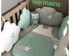 Tour de lit bébé en forme de nuages vert d'eau, gris et blanc avec étoiles