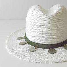 Sombrero ajustable, color blanco con seda india, monedas antiguas de las tribus nómadas. Decorado artesanalmente y fabricado en España. Composición fibras vegetales