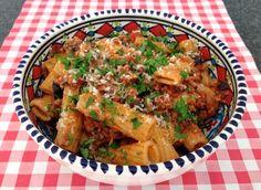 Ook de lekkerste pasta met gehakt en olijven maak je natuurlijk gewoon zelf. Bekijk dit lekkere pasta recept op AllesOverItaliaansEten.nl!