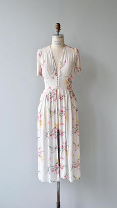 Vintage 1930s semi-sheer white dressing gown with tropical floral pattern, shirred shoulder detail and a delicate row of buttons at the waist. ✂-----Measurements fits like: small/medium bust: 34-36 waist: up to 31 length: 47 brand/maker: n/a condition: Very good, one small rips at both shoulders (see photo). to ensure a good fit, please read the sizing guide: http://www.etsy.com/shop/DearGolden/policy ✩ visit the shop ✩ http://www.DearGold...