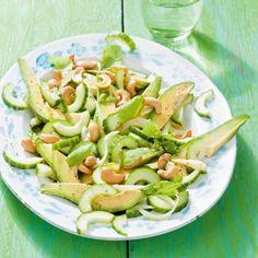 Komkommer-avocadosalade met cashewnoten (4p):1 komkommer, 1 avocado, 1 limoen…