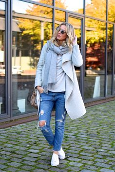 Layering is the key to seasonal style - a neutral scarf and coat will go with everything Casual Fall Outfits, Winter Outfits, Tennis Shoes Outfit, Fashion Outfits, Womens Fashion, Fashion Trends, Cooler Look, Mode Style, Winter Fashion