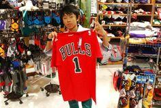 【大阪店】2014.06.05 お父様とご来店頂きローズのTシャツをご購入頂きました^^カッコよく写ってますよ~!!またバスケグッズ買いに来て下さいね^^ #nba