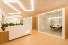Una oficina minimalista con madera Modular Office, Mirror, Gallery, Offices, Furniture, Marketing, Home Decor, Entryway, Minimalist Office