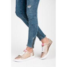Dámské tenisky Kylie Modere zlaté – zlatá Neopakovatelné pohodlí. Zlaté tenisky se šněrovačkou z EKO kůže mají puntíkovaný vzor uvnitř bot. Na svršku bot se také nachází dva bílé proužky, které lehce oživují jednobarevný design. …