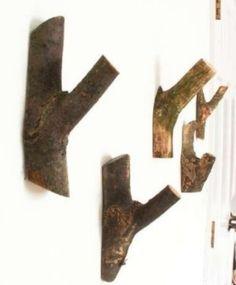 met een beetje zaagwerk en timmerwerk kan je een mooie kapstok maken van houtblokken uit het bos.
