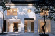 The outside of Dolce e Gabbana Boutique by Claudio Nardi Architects in New York. #DG #dolce #gabbana #newyork #boutique #fashion #design #contemporary #design #showcases #white #sandstone