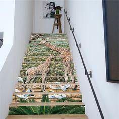 des stickers escalier à motif savane africaine pour un accent coloré dans l'ambiance épurée et minimaliste de la cage escalier
