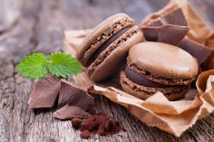 biscuits and chocolate macaroons - biscuits et macarons au chocolat Chocolate Recipes For Kids, Dessert Recipes For Kids, Dessert Food, Dessert Table, The Chew Recipes, Cooking Recipes, Macaron Bleu, Marcella Hazan Tomato Sauce, Macaron Wallpaper
