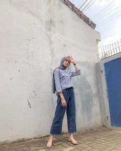 Hijab and jeans? Why not! Modern Hijab Fashion, Street Hijab Fashion, Hijab Fashion Inspiration, Muslim Fashion, Fashion Outfits, Women's Fashion, Fashion Trends, Casual Hijab Outfit, Ootd Hijab