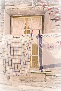 Gracie Wallpaper in Luxe Interiors & Design - Winter 2012 Gracie Wallpaper, Laundry Lines, Laundry Drying, Country Charm, Country Life, Down On The Farm, Linens And Lace, Tea Towels, Dish Towels