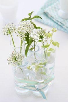 {Il est preque là!} Pour fêter dignement l'arrivée du mois de mai, Avecses10ptitsdoigts a eu envie de vous proposer un article fleuri ( ça faisait longtemps!) Alors, on ne jette plus rien. On garde bouteilles, pots de yaourt, flacons de parfum, petites...