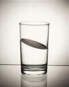 Chema Madoz  Visión de paralaje, no óptica sino conceptual. ¿Cómo ve Ud. el vaso?