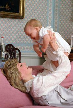 A princesa Diana brinca com o pequeno William no Palácio de  Kensington