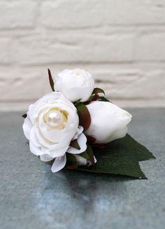 Witte zijdebloem corsage