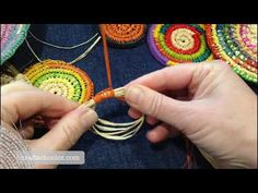 How to start a coiled basket - Left Handed starter circle Willow Weaving, Basket Weaving, Fade Designs, Circle Crafts, Knit Rug, Acrylic Pouring Art, Crochet Basket Pattern, Left Handed, Fabric Flowers