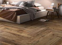 Cette céramique imite à la perfection le cachet d'un plancher de bois franc! L'installation en chevrons des tuiles est très tendance pour les revêtements de sol et muraux.