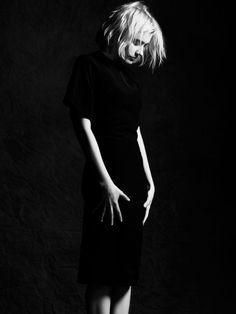 mooi die zwarte jurk tegen de zwarte achtergrond