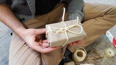 Qualunque sia il regalo di Natale, l'importante è il pensiero! Pensare a qualcuno è già di per se un dono meraviglioso! Spesso quando si fa un regalo, però , non si pensa ad una parte molto importante: il pacchetto! Eh si, perché anche l'occhio vuole la sua parte… Prendete ispirazione per creare dei pacchetti meravigliosi e stupire parenti e amici! Gift Wrapping, Gifts, Home, Gift, Gift Wrapping Paper, Presents, Wrapping Gifts, Favors, Gift Packaging
