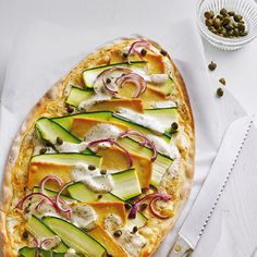 Mit Zucchini, Räuchertofu, Zwiebeln und Kapern belegt schmecken diese veganen Flammkuchen einfach unvergesslich. Foto: Thomas Neckermann