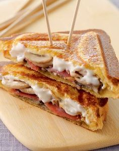 Sandwich with ham, cream cheese and mushrooms - Bocadillos - Panini Recipes, Snack Recipes, Gourmet Recipes, Sandwich Jamon Y Queso, Wraps, Stuffed Mushrooms, Food Porn, Yummy Food, Delicious Recipes