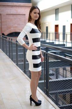 Elegancka sukienka z dekoltem typu łódka, posiada dekoracyjne wstawki  z eko-skóry. Wykonana z najlepszych materiałów, doskonałe do licznych stylizacji na każdą okazję. Modny design i niepowtarzalny wygląd.