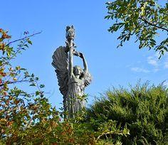 La statua della Vittoria Alata è un bronzo alto 18,5 metri, posto su un basamento di 8. Fu realizzata nel 1928 da Edoardo Rubino.