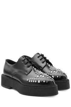 official photos f6835 051d4 Chaussures à lacets compensées en cuir clouté de ALEXANDER MCQUEEN   La  mode de luxe en